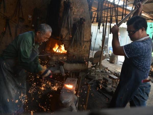 """牛祺圣父子:坚守传统铁艺 500锤只为一片""""牡丹叶"""""""