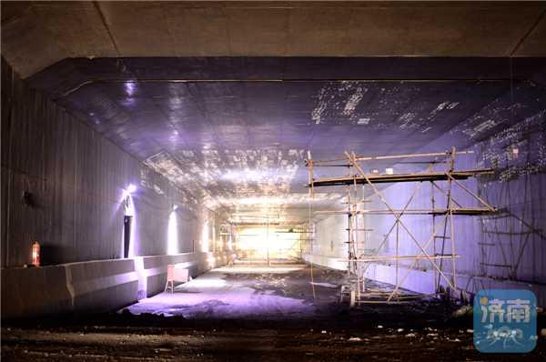 市区首个明挖式地下隧道成功穿过白马山