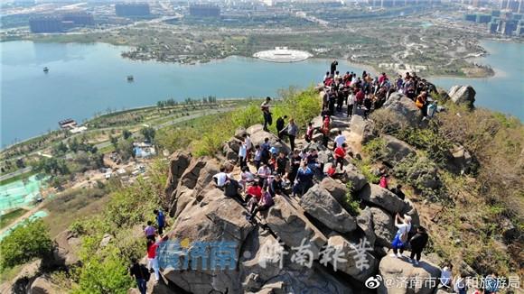 有山有景有泉的华山风景区也是人潮涌动!(@济南市文化和旅游局)