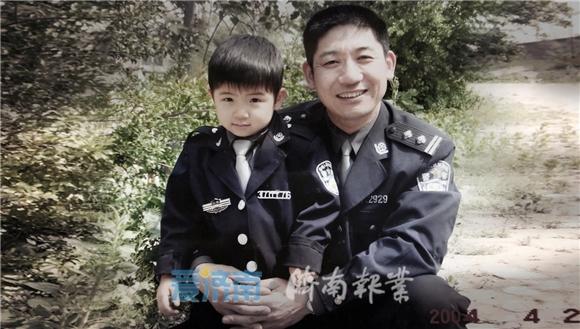 张保国:排爆现场,我把自己的孩子锁在车里,狠心离开……
