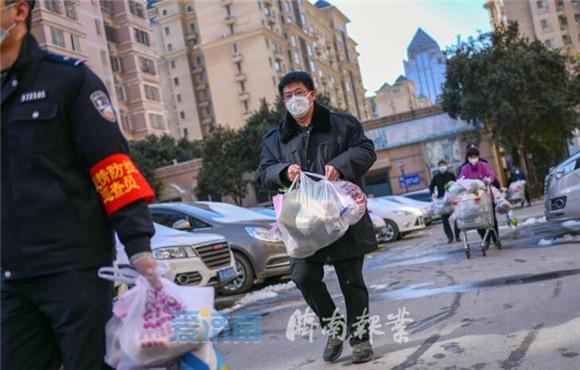 视频丨济南报业记者独家探访济南最大封闭隔离小区:1200多居民生活保障这样解决