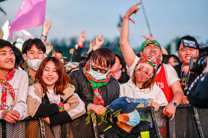 迷笛音乐节泉城开唱 看乐迷传统气息装扮